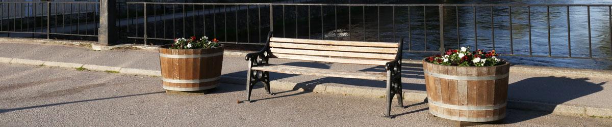 En tom bänk vid Arbogaån.