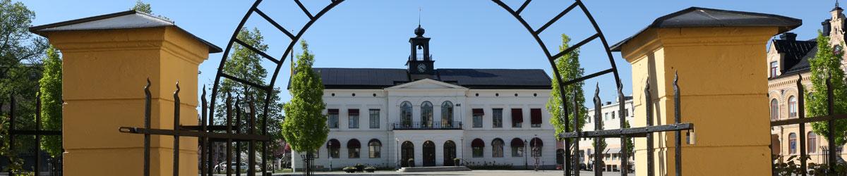 Rådhuset i Köping sett genom en grind.