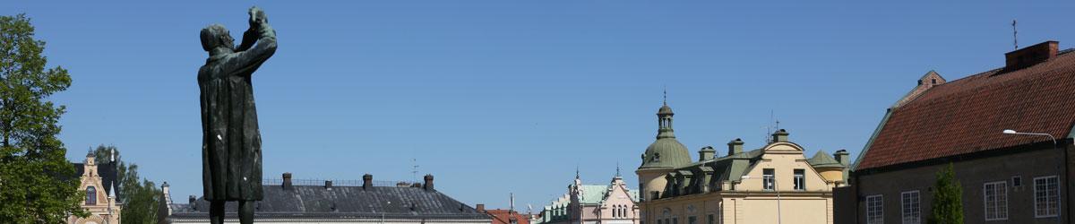 Scheelestatyn som blickar ut över Stora torget i Köping.