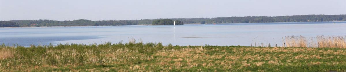Vy över Mälaren och segelbåt i sikte i närheten av Kungsör.